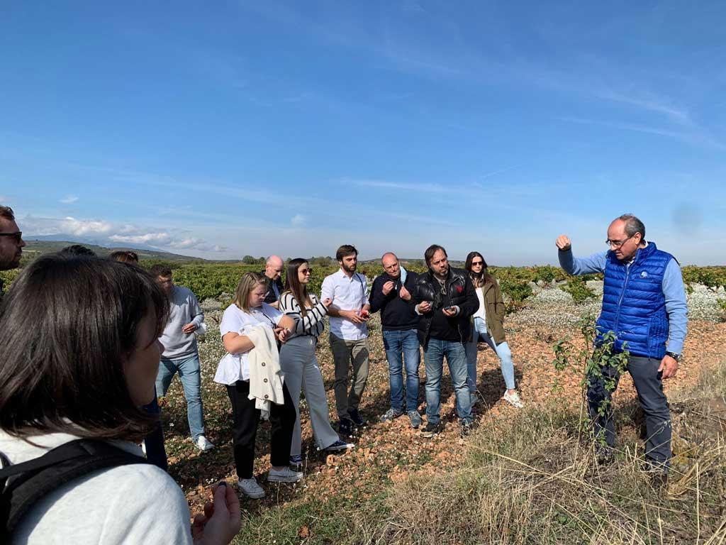 El enólogo Javier Vela explica a los alumnos del curso profesional de sumillers de Aragón las claves para conseguir una uva de calidad